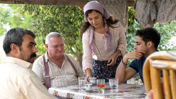 Paul Krüger genießt die türkische Gastfreundlichkeit bei Deniz' Familie. Er lässt sich dabei nicht anmerken, dass er Merzad bereits kennt.