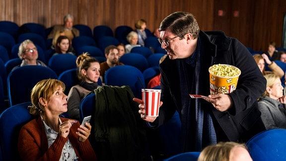 Armin lernt Tina im Kino kennen.