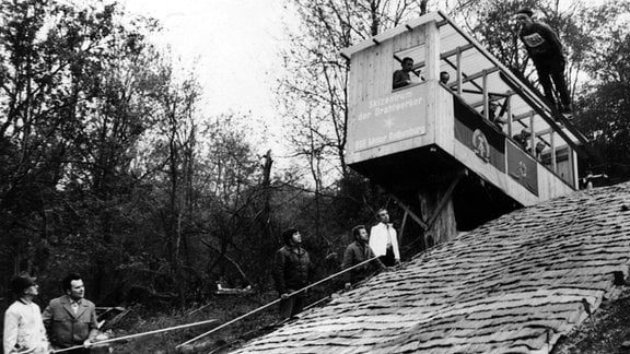 Die Schanze in Rothenburg: Im Jahr 1975 wurde zuerst die Schanzenbaude errichtet und bis 1977 die Jugendschanze fertig gestellt.