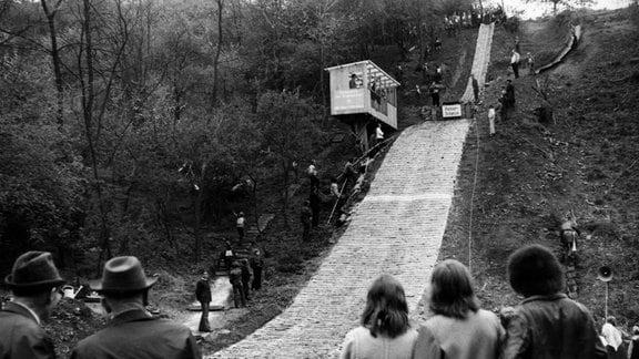 1977 konnte die Mattenschanze im Nußgrund in Betrieb genommen werden. 8.500 Stunden hatten die Sportler der BSG Motor Rothenburg daran mitgebaut - unentgeltlich.