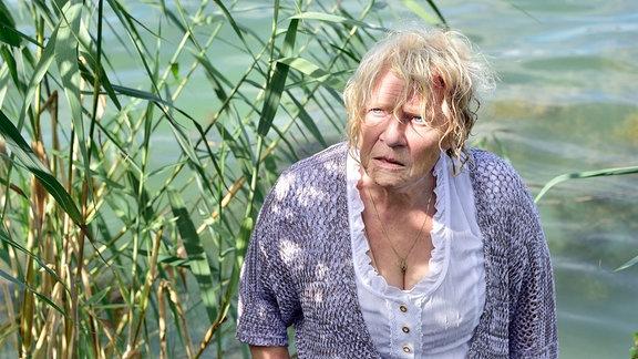 Evi Rau (Christiane Blumhoff) ist vom Steg ihrer Pension gestürzt.