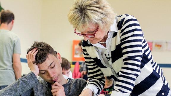 Die Lehrerin Petra Krause hilft einem Schüler .