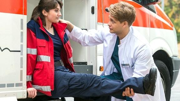 Franzi Ringlein (Anuschka Tochtermann, l.), eine junge engagierte Notfallsanitäterin, wird von Mikko Rantala (Luan Gummich, r.) verarztet. Während ihres Dienstes ist sie auf unerklärliche Weise im Rettungswagen gestürzt.