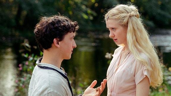 Wer ist die Frau, der Garwin (Oliver Konietzny) das Amulett schenkt?