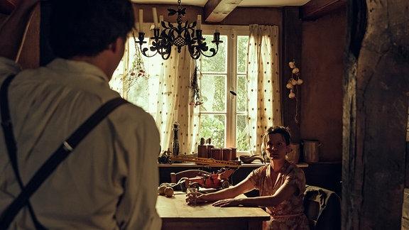 Lore (Judith Sehrbrock) trifft in ihren Erinnerungen auf Arman (Francois Goeske)
