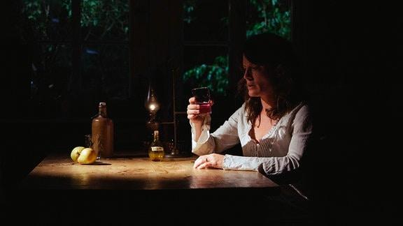 Lore (Judith Sehrbrock) will sich wieder erinnern und nimmt Ronas Trank ein.