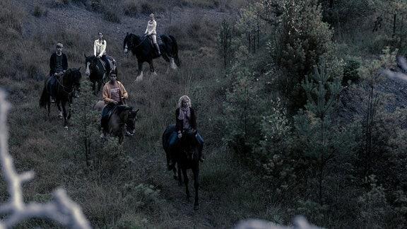 Die Freunde reiten an einen unheimlichen Ort.
