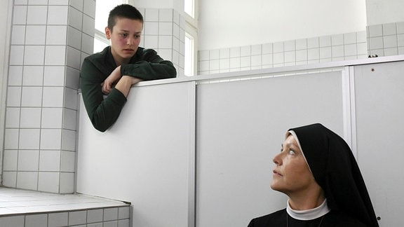 Schwester Hanna (Janina Hartwig, r.) kümmert sich um die 16-jährige Sarah Völkl (Thekla Hartmann, l.), die sich in der Schultoilette eingeschlossen hat.