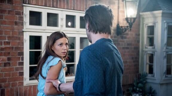 Leonie (Lena Meckel, l.) bekommt es mit der Angst zu tun, als Dominik (Daniel Axt, r.) sie unerwartet mit einem Sorgerechtsstreit um das ungeborene Kind konfrontiert.
