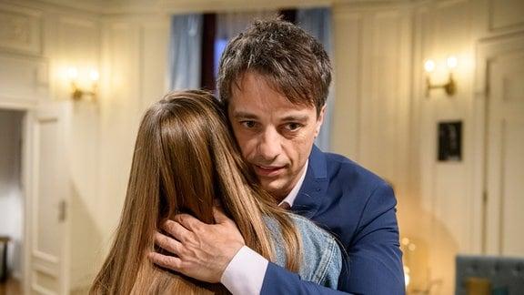Robert (Lorenzo Patané, r.) fällt es schwer, sich mit Valentina (Paulina Hobratschk, l.) über ihren Erfolg zu freuen.