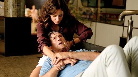 Filipa (Anja Knauer) leistet Erste Hilfe bei dem am Boden liegenden Kulovits (Helmut Zierl).