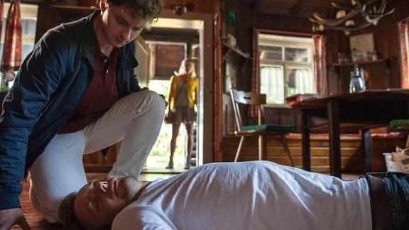 Jan (Daniel Littau, l.) entdeckt den ohnmächtigen Vincent (Jan Dose, v. mit Cosima Lehninger, h.).