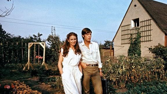 Petra Fiedler (Uta Schorn) und Heiko Timm (Hans-Georg Körbel) auf einem Gartenweg
