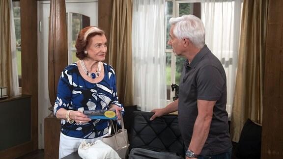 Bgegegnung von  Johanna (Brigitte Antonius, l.) und  Thomas'(Gerry Hungbauer, r.).