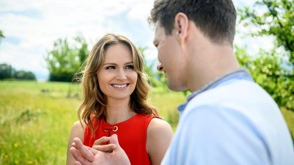 Jessica (Isabell Ege, l.) und Henry (Patrick Dollmann, r.) im  Freien