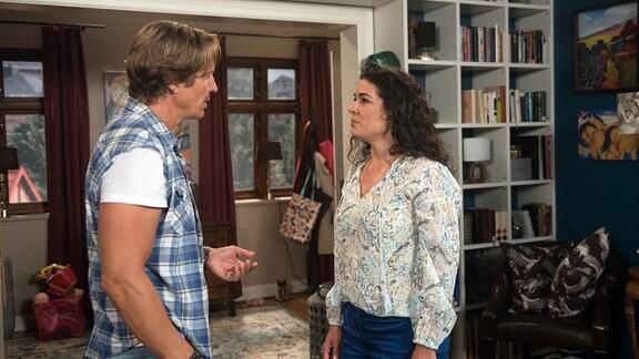 Ben (Hakim Michael Meziani, l.) undt Anne (Caroline Kiesewetter, l.) im Gespräch