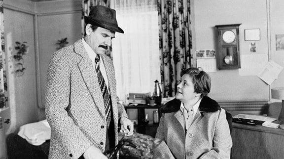 Elke Poser (Marianne Wünscher) und Heinz Knaack (Horst Schulze) im Gespräch.