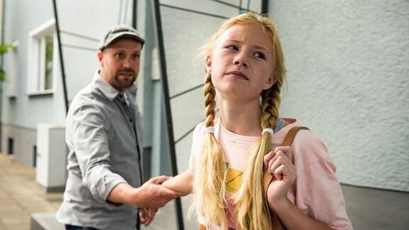 Klaus (Moritz A. Sachs) ist hypernervös. Und gerade das nervt Mila. Als sie am Nachmittag aus der Wohnung flüchtet, weil sie die ständige Überwachung von ihrem besorgten Vater satt hat, versucht dieser sie zurückzuhalten.