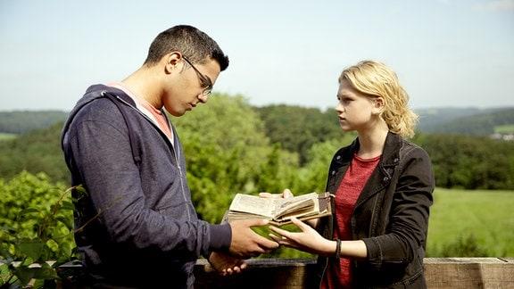 Tarik (Kaan Sahan) und Charlie (Sinje Irslinger) versuchen in Rosalies Buch eine Antwort zu finden.