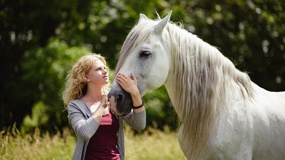 Ein weißes Pferd taucht plötzlich bei Charlie (Sinje Irslinger) auf.
