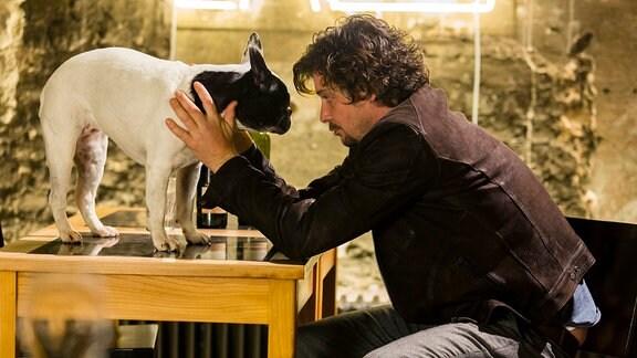 Michi Griesebach mit einem Hund.