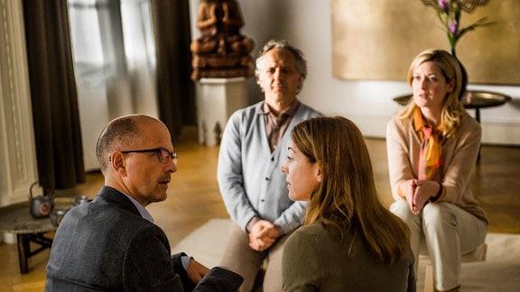 Die Ehetherapeuten Dr. Klaus Fischer (Folker Banik) und Dr. Ulla Fischer (Nicola Thomas) sitzen vor Petra (Ulrike C. Tscharre, vorne rchts) iu nd hrem Mann Matthias (Christoph Maria Herbst, vorne links), beide mit dem Rücken zur Kamera gewant.