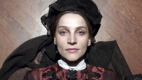 Clara Schumann (Jana Klinge) in einer Frontalansicht.