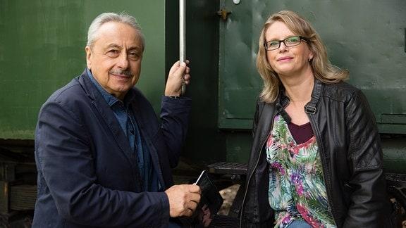 Bianca Herrmann (aus Solingen) und Wolfgang Stumph blicken in die Kamera.