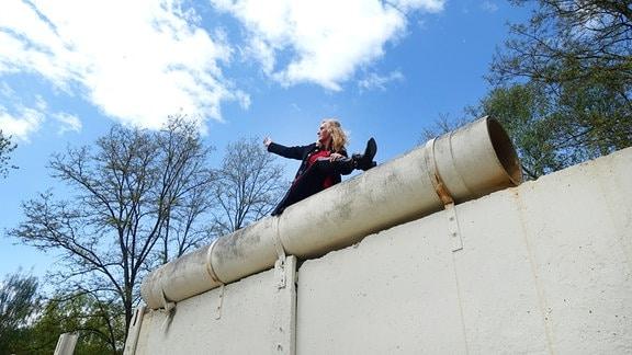 Ines Schnale aus Essen (stehende auf den Mauerresten in Glienicke) Am 10.11.1989 saß sie mit vielen Menschen auf der Berliner Mauer und freute sich über die Öffnung der deutsch-deutschen Grenzen. Nach der Öffnung strömten Millionen DDR-Bürger zu Besuchen nach West-Berlin und in die Bundesrepublik Deutschland.