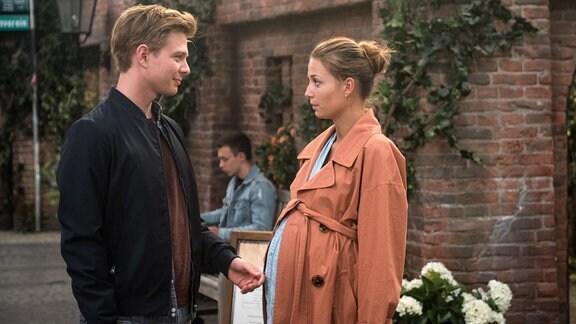 Laurenz (Volkmar Leif Gilbert, l.) ist auf dem Sprung nach Potsdam. Leonie (Lena Meckel, r.) vermutet traurig, dass sie ihn nicht wiedersehen wird.