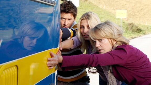 Die Pilger Gundula (Gisela Schneeberger, re.), Michel (Martin Stührk) und Violetta (Isabella Surel) hoffen, dass ihr tatkräftiger Einsatz sie tatsächlich zum Ziel führt.