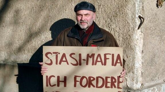Rudolf Keßner mit Original Plakat von 1989.