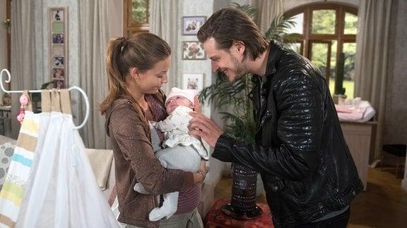 Dominik (Daniel Axt, r.) besucht Leonie (Lena Meckel, r.), um sein Kind zu sehen.