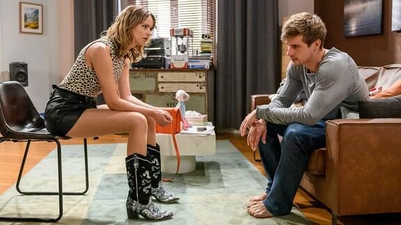 Jessica (Isabell Ege, l.) bemerkt, dass Paul (Sandro Kirtzel, r.) etwas zu tief ins Glas geschaut hat.