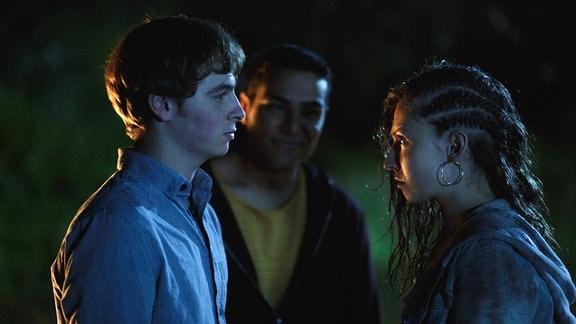 Jenny (Amina Merai) ist sauer weil Dimitri (Matti Schmidt-Schaller) sie mit Wasser übergossen hat.