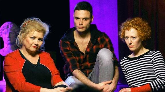 Birgit Schaller, Hannes Sell und Nancy Spiller sitzend.