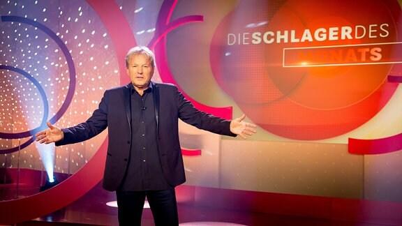 Bernhard Brink vor kukisse mit ausgebreiteten Arm
