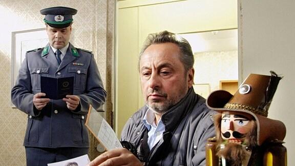 Von links: Zollbeamter (Peer-Uwe Teska), Stephan Busemann (Wolfgang Stumph)