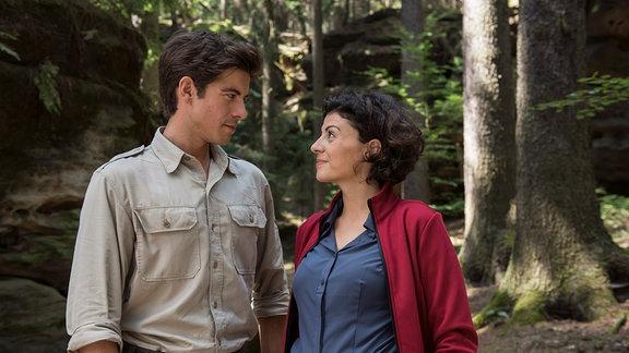 Jonas Waldek (Philipp Danne) und Emilia Graf (Liza Tzschirner)in einem Wald stehend.