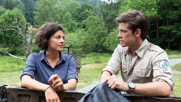 Jonas (Philipp Danne) und Emilia (Lisa Tzschirner) lehnen sich auf die Bordwand eines Pickups.