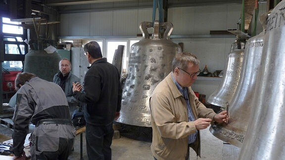 Glockengießerei Bachert in Neunkirchen, Baden-Württemberg; Glockensachverständige bei der technisch-klanglichen Abnahme der neugegossenen Glocken