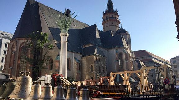 Ankunft des neuen, feierlich geschmückten Geläuts auf dem Nikolaikirchhof nach einem Umzug über den Leipziger Ring