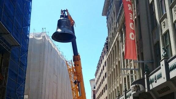 Einhub der größten Glocke, Osanna, mit Hilfe eines Spezialkrans