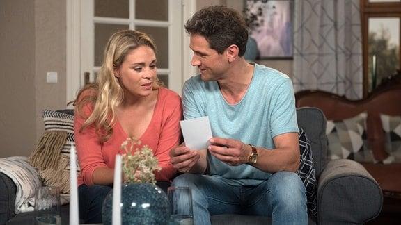 Britta (Jelena Mitschke, l.) ermutigt Luke (Oliver Franck, r.), so schnell wie möglich zu seiner 6jährigen Tochter zu fliegen.