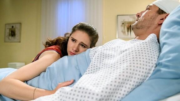 Denise (Helen Barke, l.) wird am Krankenbett von Christoph (Dieter Bach, r.) von ihren Gefühlen überwältigt.