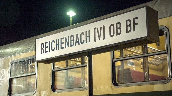 Die Dokumentation erzählt die Geschichte von über 10.000 DDR-Flüchtlingen, die 1989 die Botschaft in Prag besetzten und schließlich in die BRD ausreisen durften. Für die Dreharbeiten wurde eine originale Lok der DDR-Reichsbahn mitsamt Waggons ans Set geholt. Schild vom Bahnhof Reichenbach