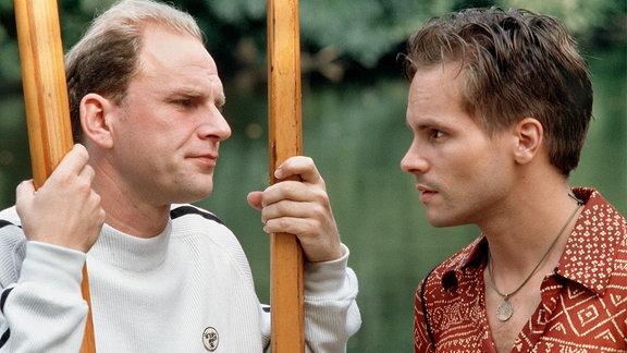 Paul Hahn (Wanja Mues, rechts) erpresst Dr. Jens Schewe (Götz Schubert, links) mit seinem Wissen über einen Museumsraub, in den er vor zehn Jahren verstrickt war.