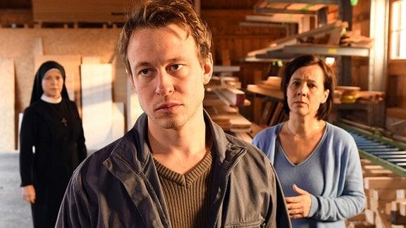 Veronika Severin (Jutta Schmuttermaier, r.) hat Schwester Hanna (Janina Hartwig, l.) gebeten, mit ihrem Sohn Lars (Felix von Bredow, M.) zu sprechen.