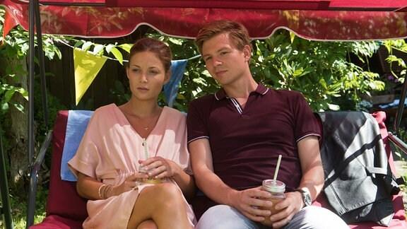 Leonie (Lena Meckel, l.) und Laurenz (Volkmar Leif Gilbert, r.) sitzen auf einer Hollywood-Schaukel.