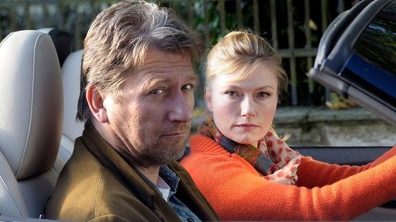 Peter (Michael Fitz) und seine juristische Gegenspielerin Sarah (Johanna Christine Gehlen)sitzen in einem Fahrzeug.